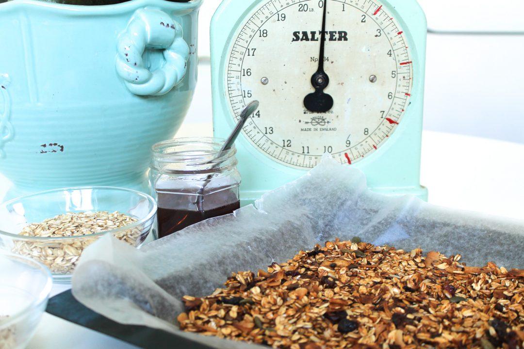 Homemade granol recipe, crunchy 5-ingredients.